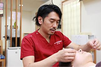 鍼灸施術を行う写真